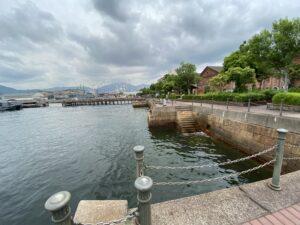 旧海軍工廠本部前岸壁には1895年約300mにも及ぶ切石積護岸